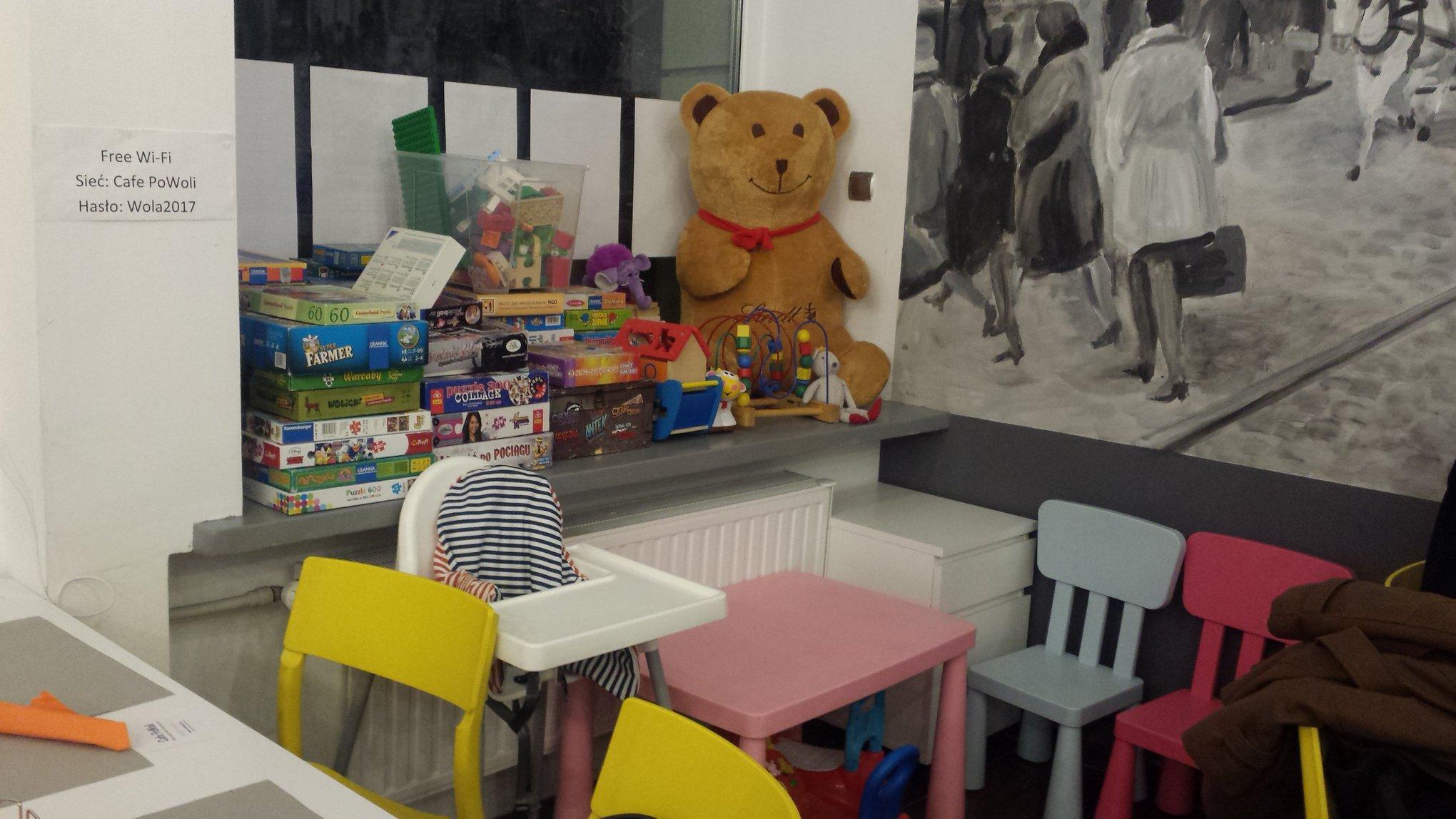 Step in Warsaw - Stadtführerin in Warschau. Ein gemütliches (auch für Kinder:)) Kulturcafé Café PoWoli (Warschau, Smocza Straße Nr 3). Es is ein stimmungsvoller Platz mit gesellschaftlichen Werten, der Behinderte einstellt. Man sollte solche Projekte unterstützen!