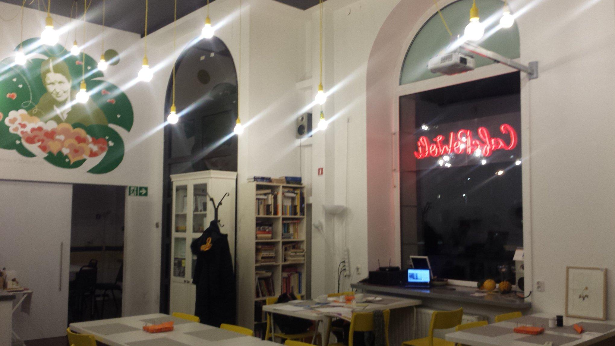 Step in Warsaw - Stadtführerin in Warschau. Ein gemütliches Kulturcafé Café PoWoli (Warschau, Smocza Straße Nr 3). Es is ein stimmungsvoller Platz mit gesellschaftlichen Werten, der Behinderte einstellt. Man sollte solche Projekte unterstützen!