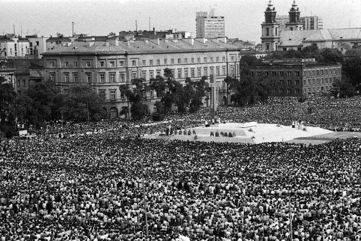 Step in Warsaw - City guide to Warsaw. The Holy Mass celebrated by the Holy Father John Paul II in the Victory Square (the previous name, current name is the Piłsudski Square) in Warsaw on the 2nd of June 1979 during his first pilgrimage to Poland. Source: http://archiwum.rp.pl/.