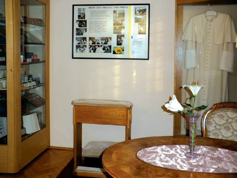 Step in Warsaw - City guide to Warsaw. The Pope Room in the house of the Grey Ursulines in Warsaw where the priest Karol Wojtyła stayed when he was in Warsaw in the years 1955-1978. Source: https://pl.wikipedia.org/wiki.
