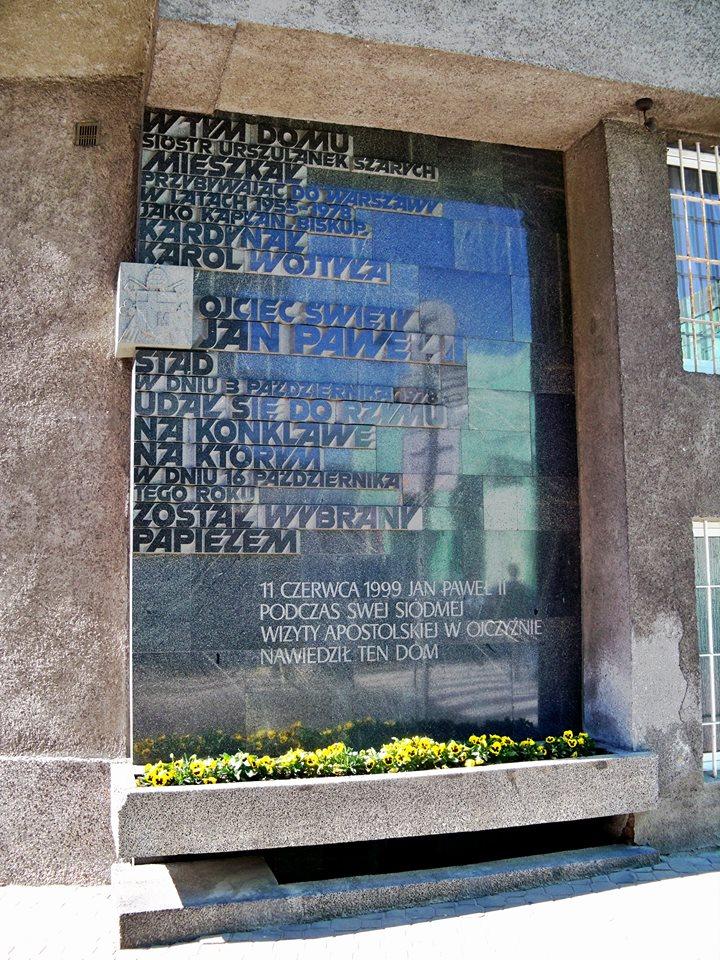 Step in Warsaw - Stadtführerin in Warschau. Die Gedenktafel am Haus der Grauen Ursulinen in Warschau an den Heiligen Vater Johannes Paul II., der dieses Haus während seiner Pilgerschaft nach Polen im Jahr 1999 besuchte. Quelle: https://pl.wikipedia.org/wiki.