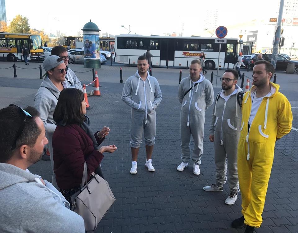 Step in Warsaw - Stadtführerin in Warschau. Meine Touristen aus Deutschland (Stuttgart). Strassenschauspieler? Tänzer? Pyjamaparty?...Nein, es ist ein Junggesellenabschied. Lass uns anfangen! Warschau, Oktober 2018.