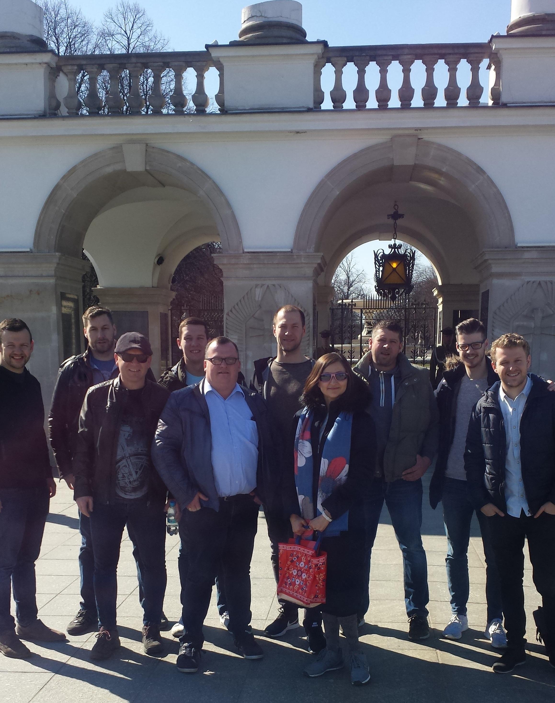 Step in Warsaw - Stadtführerin in Warschau. Ein schöner Frühlingstag in Warschau mit meinen Touristen aus Österreich. Wir sind bei dem Grabmal des Unbekannten Soldaten auf dem Piłsudski-Platz. Warschau, März 2019.