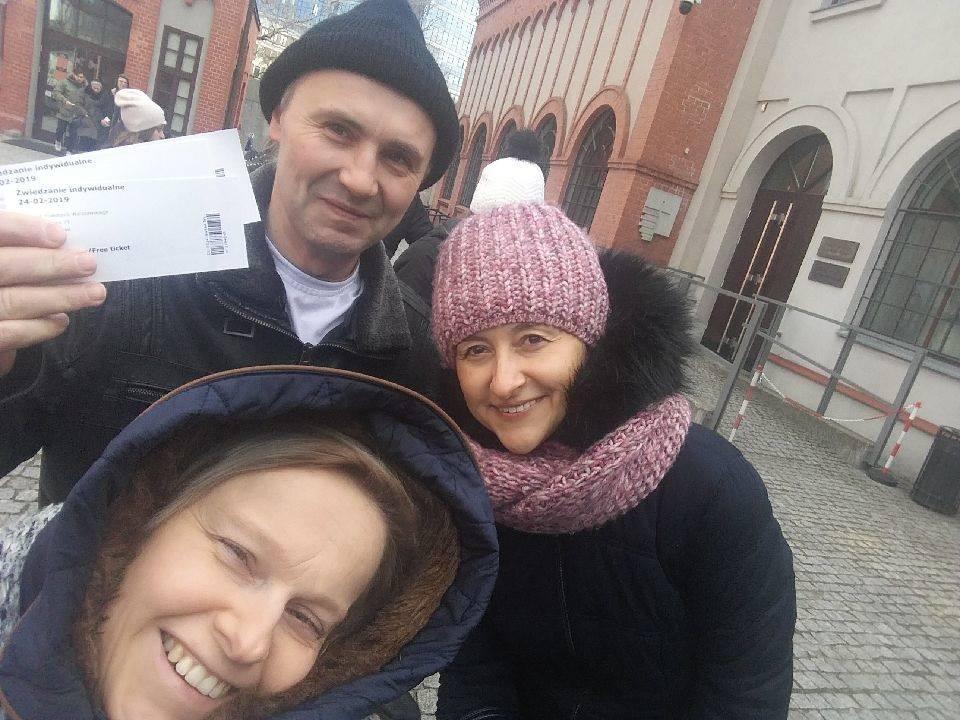Step in Warsaw - Stadtführerin in Warschau. Ein Familie-Geburtstag Besuch im Museum des Warschauer Aufstandes. Der Eintritt ist frei jeden Sonntag! Schlange stehend mit freien Eintrittskarten in der Hand:). Warschau, Februar 2019.