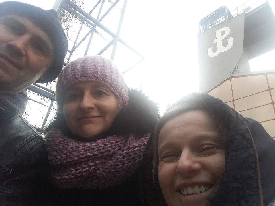 """Step in Warsaw - Stadtführerin in Warschau. Auf dem Aussichtsturm gibt es das Symbol """"Kämpfendes Polen"""" (der Anker), das Symbol des Widerstandes gegen die deutsche Besatzung Polens im Zweiten Weltkrieg und das Symbol für die Hoffnung. Warschau, Februar 2019."""