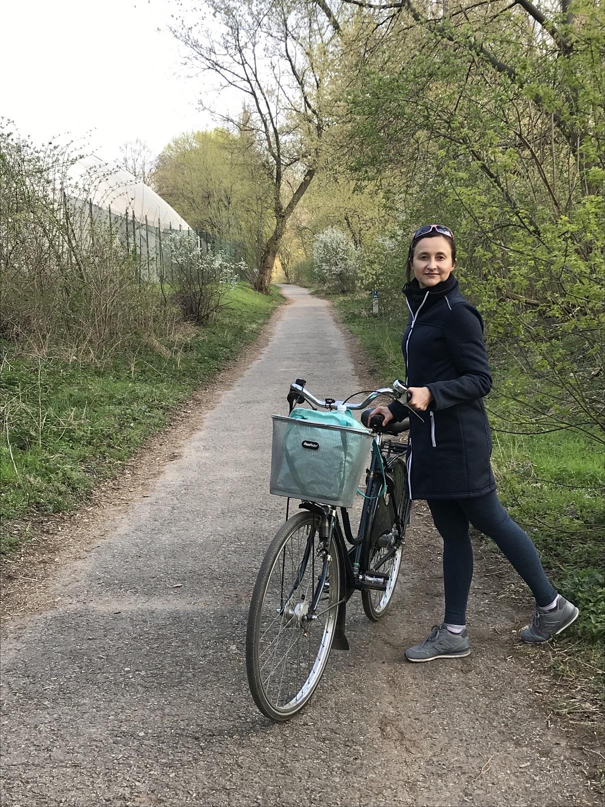 Step in Warsaw - Stadtführerin in Warschau. Ein Wald-Fahrradweg entlang dem Fluss Weichsel. Ich erzähle immer meinen Touristen von diesem außergewöhnlich Ort. Ein Stück Natur in der Mitte der Europäischen Hauptstadt. Warschau, 07.04.2019.