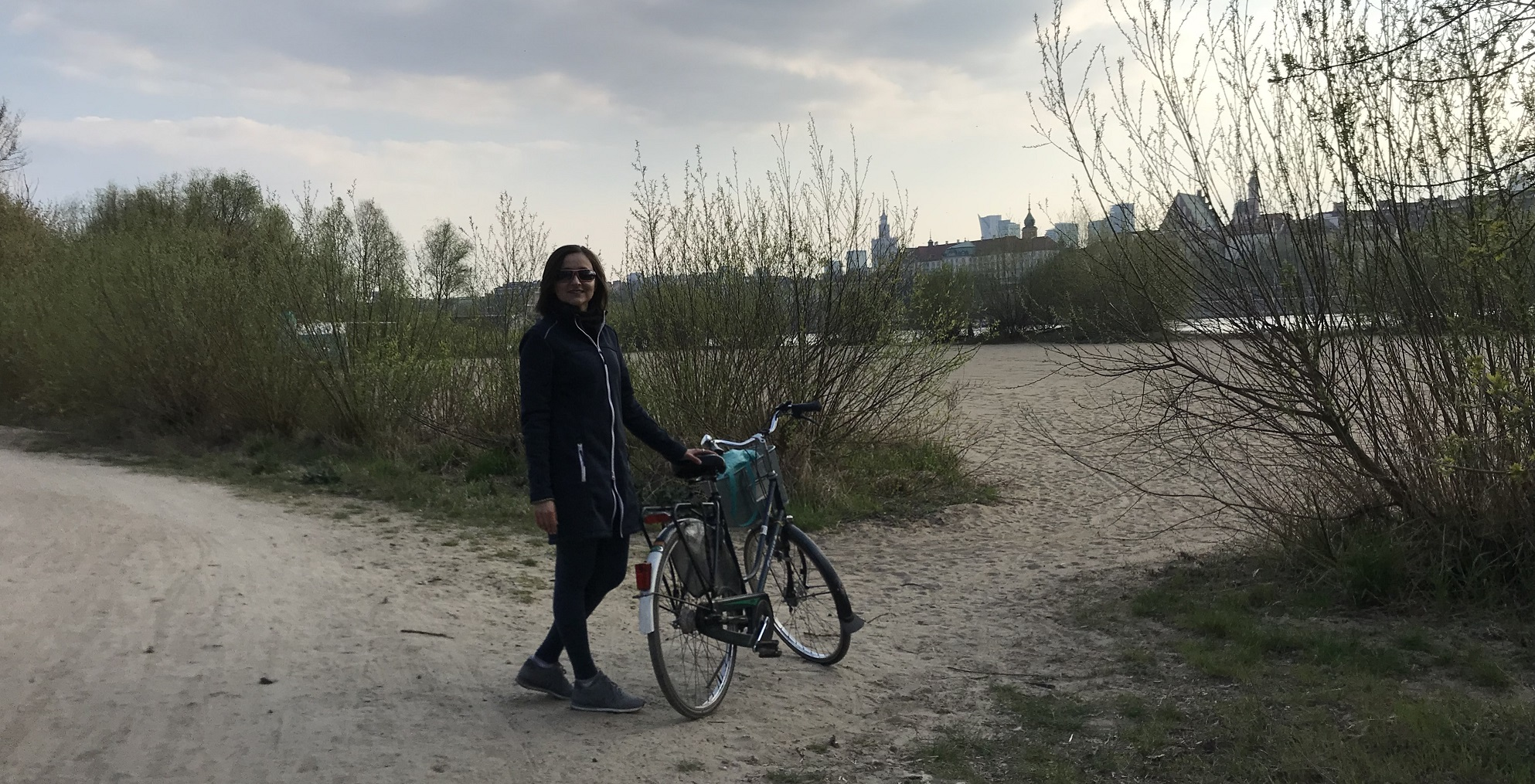 Step in Warsaw - City guide to Warsaw. A forest bike route along the Vistula river. I always tell my tourists about this extraordinary place. A view of the city. Warsaw, 07.04.2019.