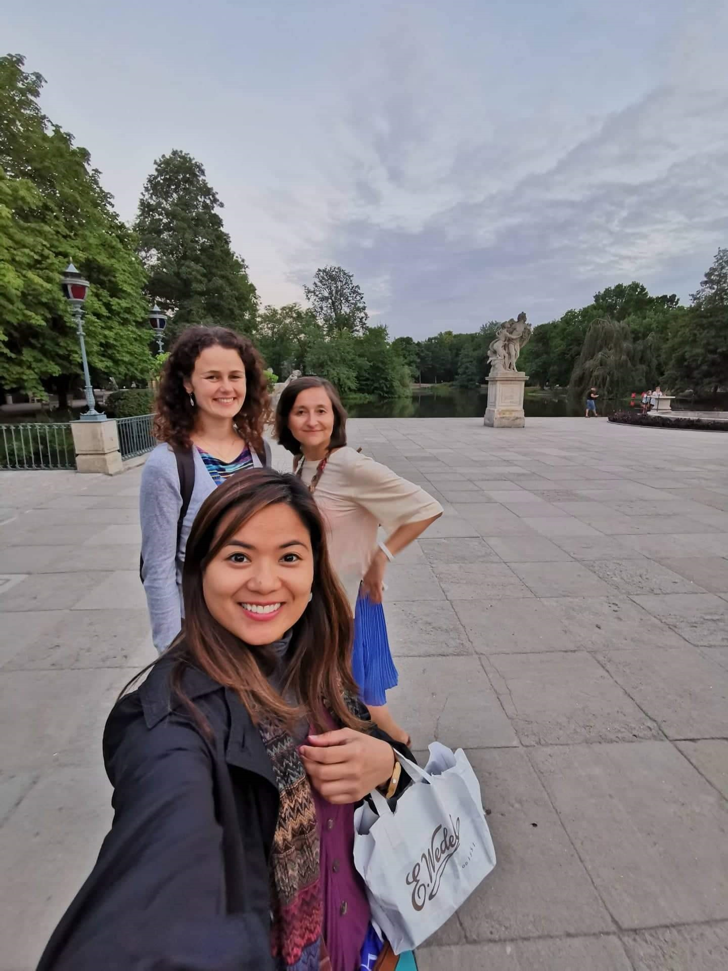 Step in Warsaw - City guide to Warsaw. A lovely tourist from Philippines is experiencing Warsaw in the company of two lovely residents of Warsaw:). Łazienki Królewskie (Royal Baths) - a summer residence of the last elective king of Poland Stanisław August Poniatowski (the 2nd half of the 18th century). Wedel's chocolate (the oldest chocolate factory in Poland) the best gift from Warsaw! Warsaw, 23.07.2019.