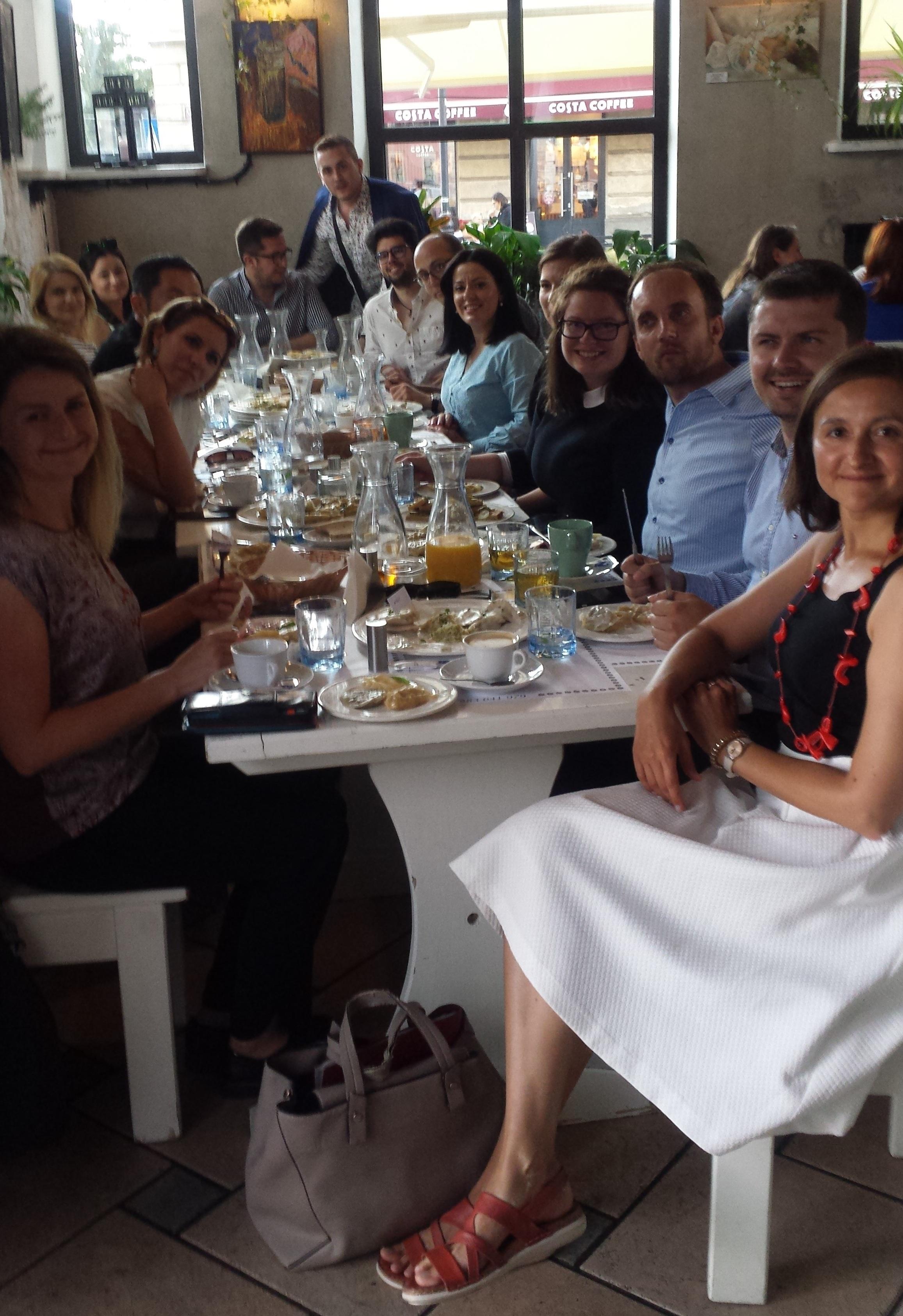 """Step in Warsaw - Stadtführerin in Warschau. Meine internationalen Gäste machten eine Studienreise durch Polen auf Einladung des Ministeriums für Unternehmertum und Technologie. Sie nahmen auch am Berliner Prozess teil, der dieses Jahr in Poznań (Posen) stattfand. Der letzte Tag und wir sind alle sehr glücklich, dass wir Teigtaschen (polnische PIEROGI - unser """"nationales Erbe"""") in einem netten Restaurant (Pyza Warszawska) bei der Warschauer Altstadt genießen können:). Warschau, 13.07.2019."""