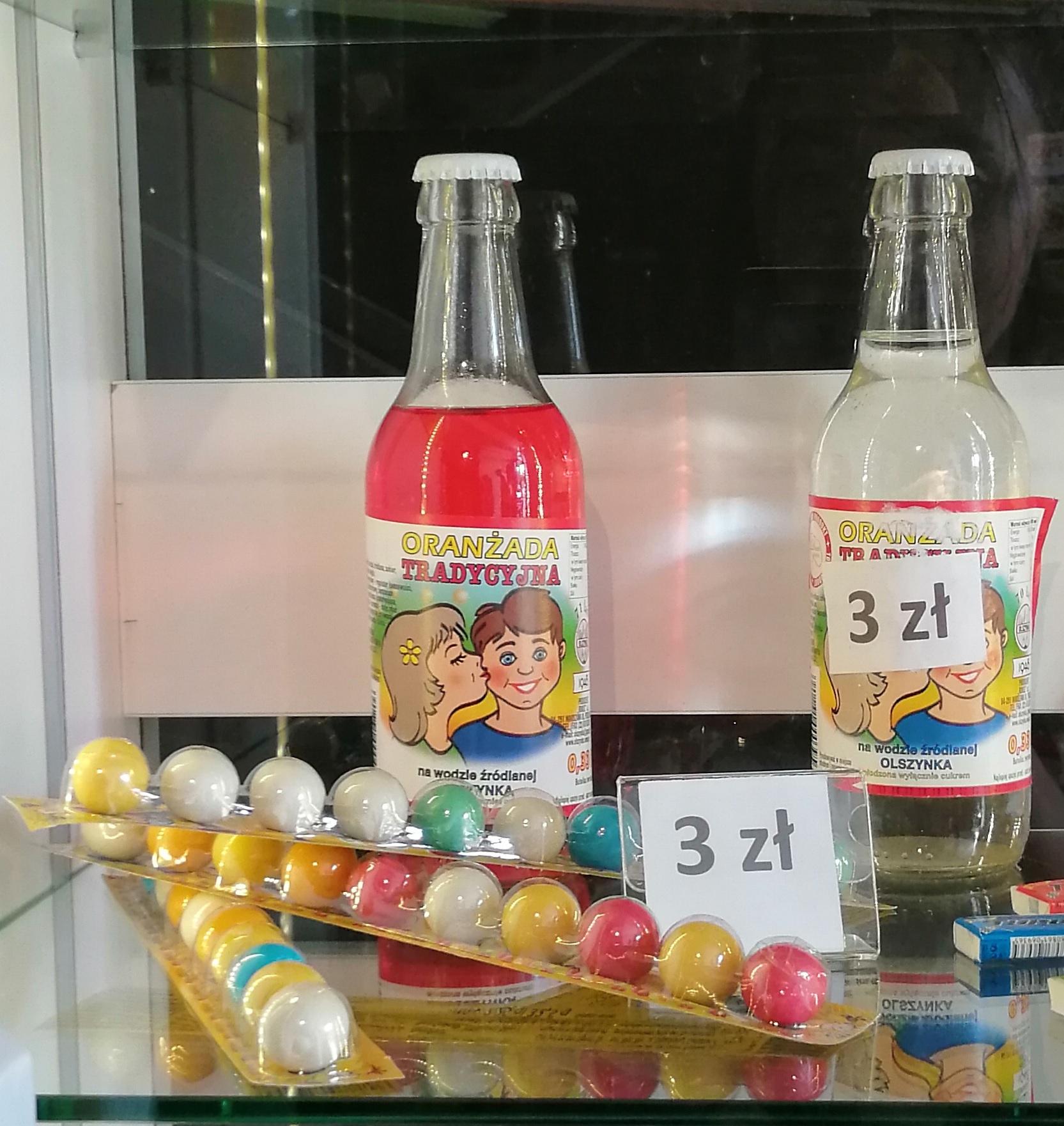 """Step in Warsaw - Stadtführerin in Warschau. Ich habe heute in dem Museum des Lebens unter Kommunismus https://mzprl.pl/?lang=en eine sentimentale Reise zu meiner Kindheit gemacht. Ich erinnere mich daran... Ich habe die gleichen Teddybär-Buntstifte und Kaugummis """"Kugeln"""", die meine Zunge gefärbt haben, gehabt. Die Süßigkeiten. Warschau, 22.08.2019."""