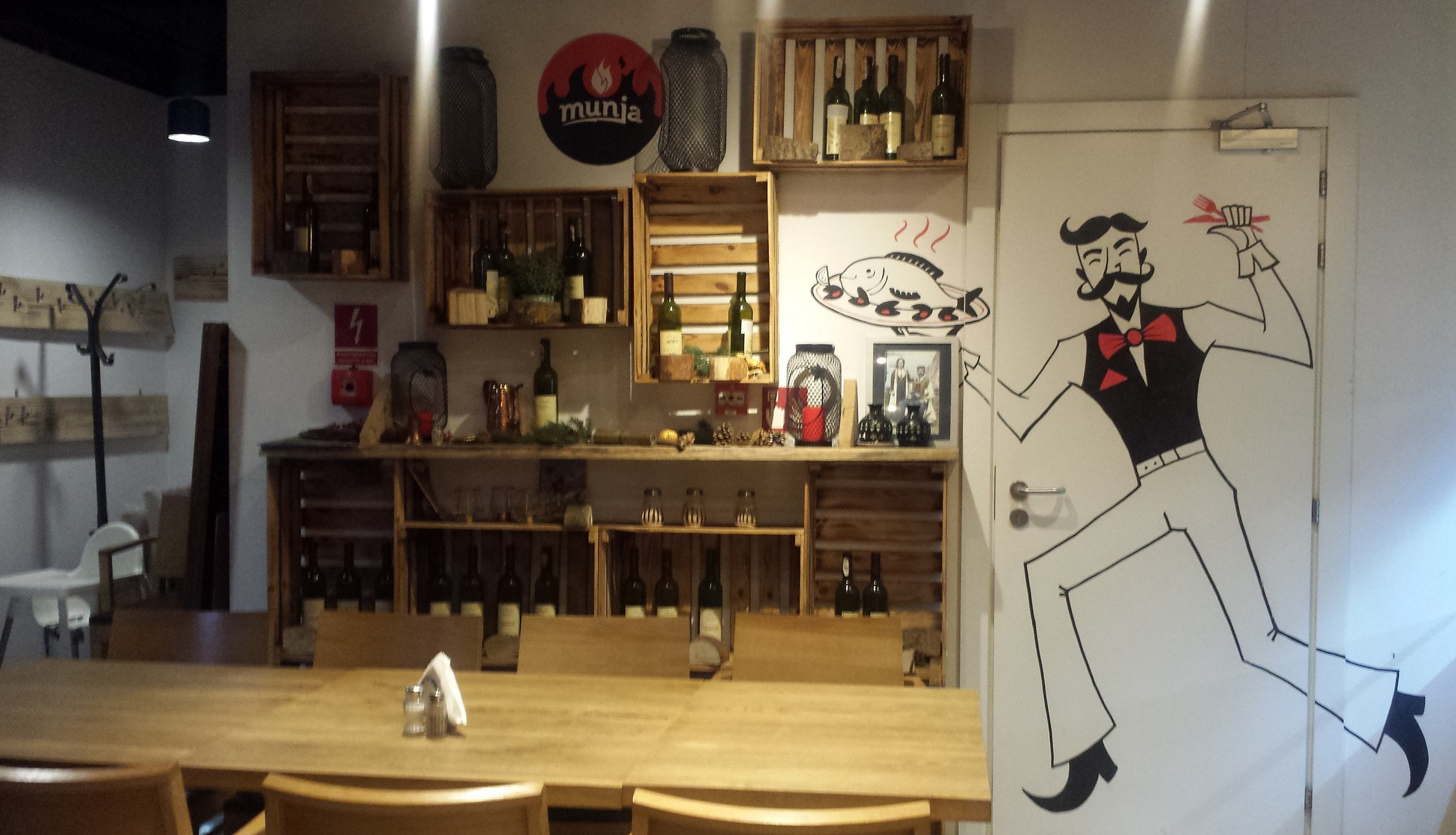 Step in Warsaw - Stadtführerin in Warschau. Ich empfehle ein Balkan Restaurant Munja (in der Nähe des Zentrums), besonders meinen Touristen aus Balkanstaaten. Die balkanische Bedienung. Warschau, 25.07.2019.