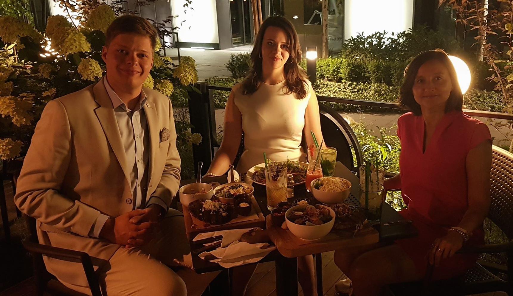 Step in Warsaw - Stadtführerin in Warschau. Ich empfehle ein Balkan Restaurant Munja (in der Nähe des Zentrums), besonders meinen Touristen aus Balkanstaaten. Familienzeit ist die beste Zeit:). Warschau, 25.07.2019.