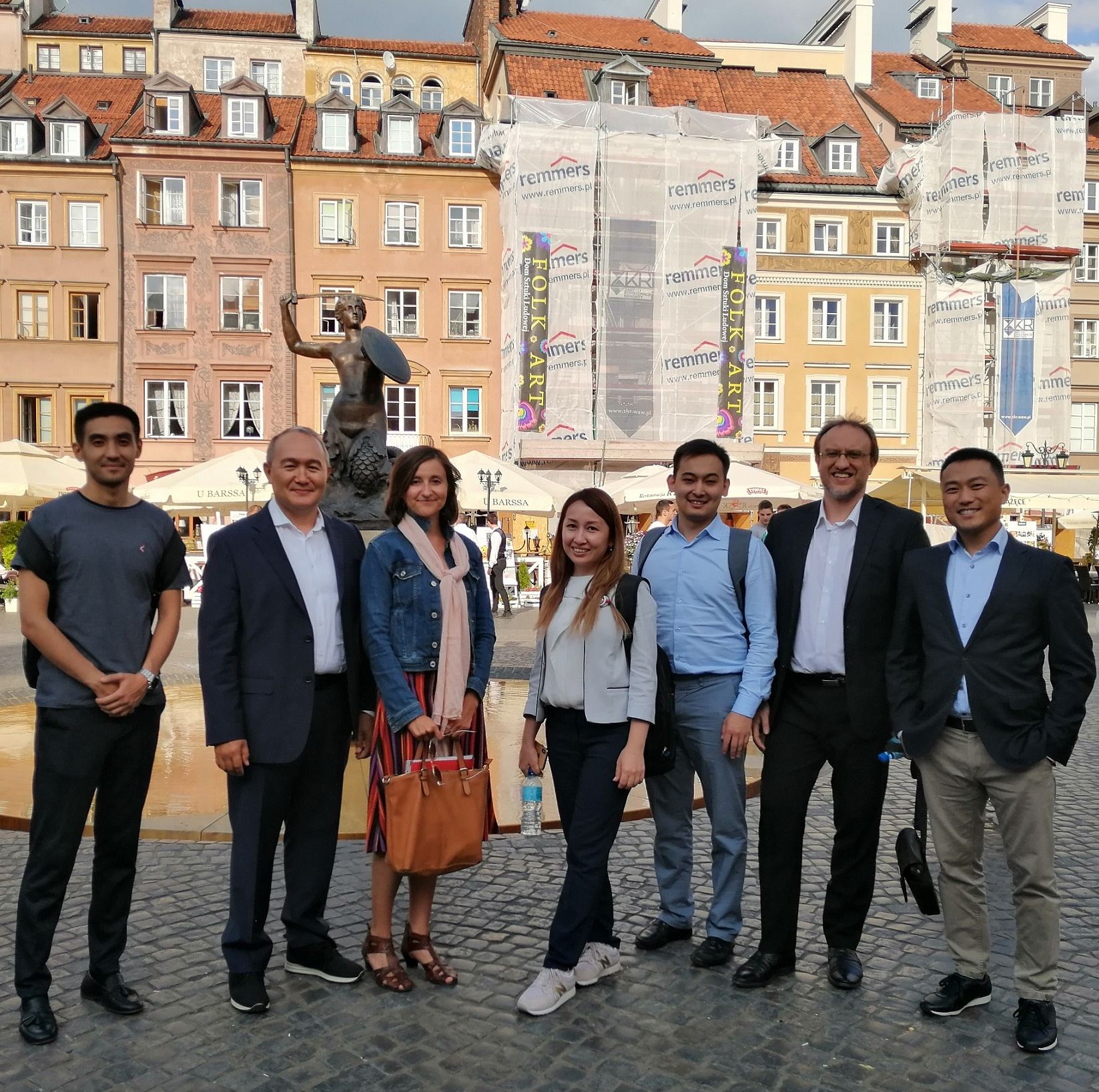 Step in Warsaw - City guide to Warsaw. My very nice business tourists (Toyota Financial Services) from Kazakhstan, from Almaty, also the biggest city in the country with more or less the same population as in Warsaw and also the only city with a metro system. You can always find something in common with others:). In the Old Town Market Square with the mermaid statue in the background. Warsaw, 04.09.2019.