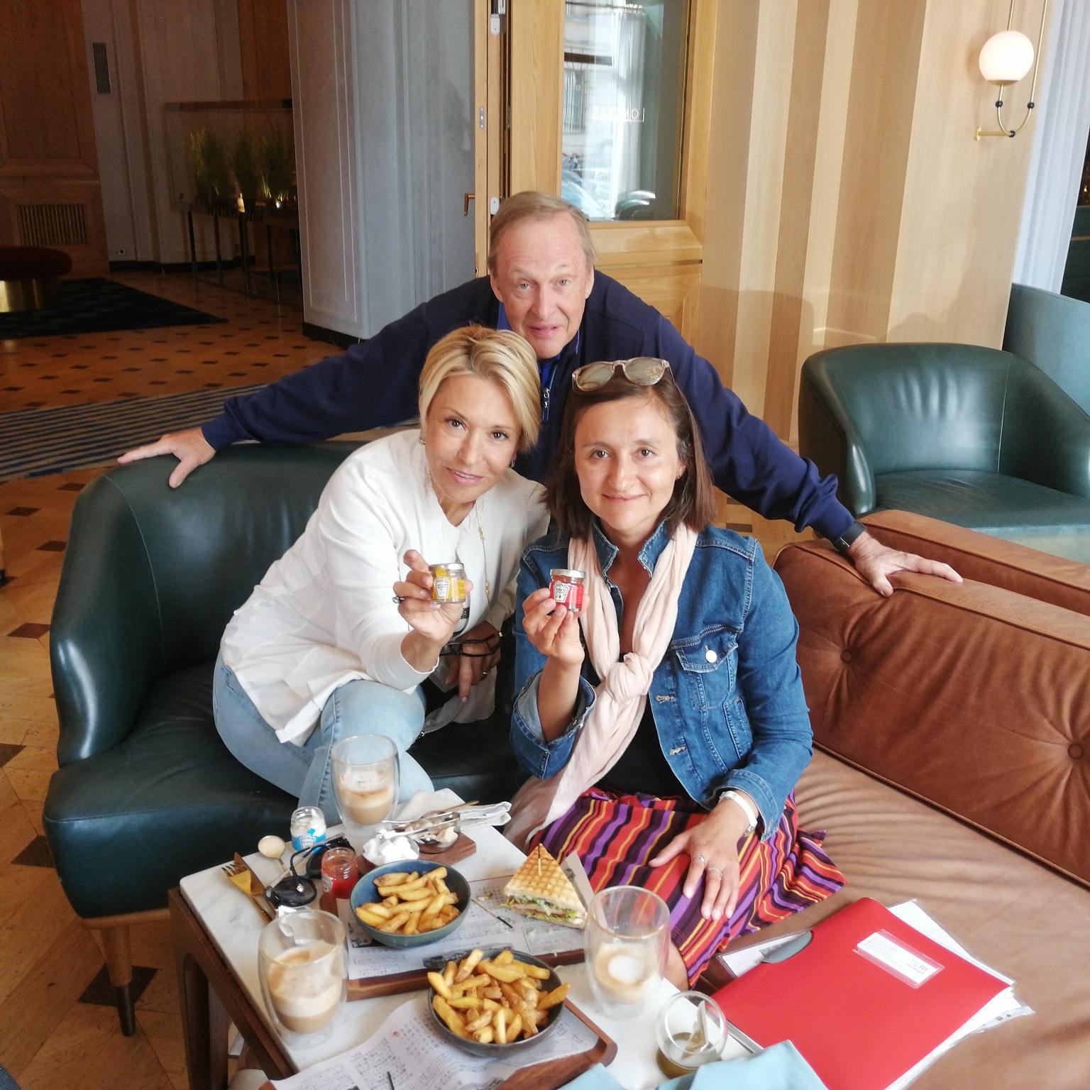 Step in Warsaw - Stadtführerin in Warschau. Eine kurze Pause während der Städtereise für Kaffee und Snack mit Heinz Produkten im Hotel Raffles Europejski Warsaw. Meine Touristen sind nach Warschau aus den USA, aus Pennsylvania gekommen. Das Heinz-Unternehmen wurde auch in Pennsylvania, in der Stadt Pittsburgh gegründet. Warschau, 13.09.2019.