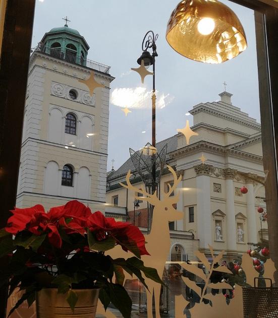 Step in Warsaw - Stadtführerin in Warschau. Ein Weihnachtsblick auf die Kirche der Heiligen Anna in der Krakowskie Przedmieście Straße. Warschau, Dezember 2019.
