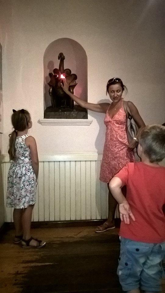 Step in Warsaw - Stadtführerin in Warschau. Warschau für Kinder. Basilisk mit seinem strahlenden Augenlicht. Die Stadtführerin hat das gleiche Augenlicht.:) Warschau, Juli 2018.