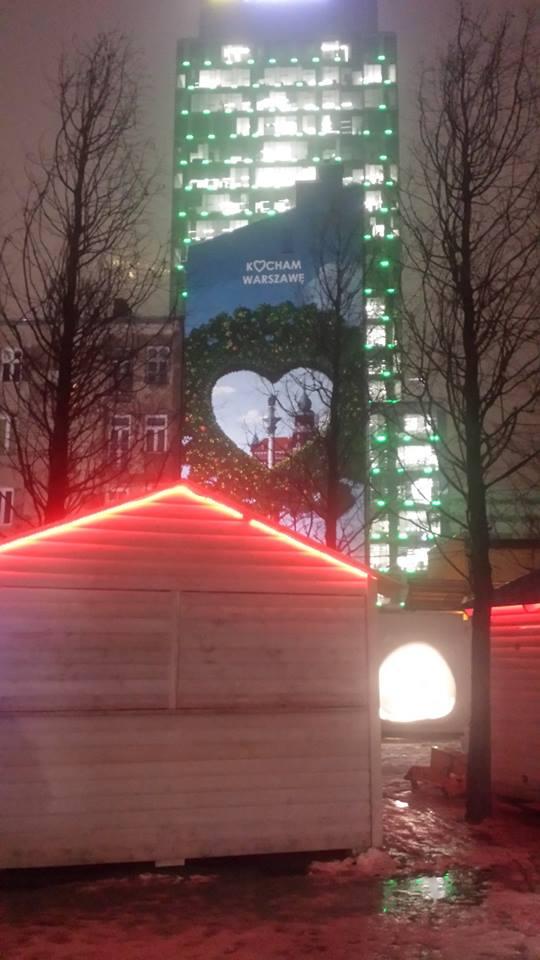"""Step in Warsaw - Stadtführerin in Warschau. Das Werbeplakat von Warschau: """"Ich liebe Warschau"""". In seinem Herzen sind das Warschauer Königsschloss und die König-Sigismundsäule zu sehen. Warschau, Januar 2018."""