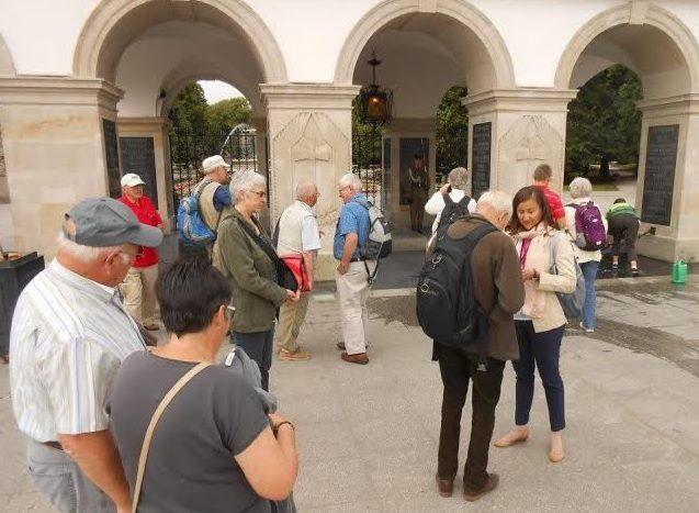 Step in Warsaw - Stadtführerin in Warschau. In der Arbeit mit meinen Touristen aus der Evangelisch-Reformierten Gemeinde in Gelterkinden (die Schweiz) bei dem Grabmal des Unbekannten Soldaten. Warschau, Juni 2015.