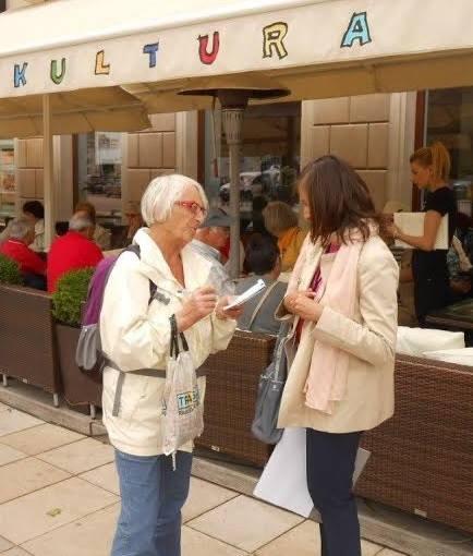 Step in Warsaw - Stadtführerin in Warschau. In der Arbeit mit meinen Touristen aus der Evangelisch-Reformierten Gemeinde in Gelterkinden (die Schweiz). Eine Kaffeepause auf dem Königsweg. Warschau, Juni 2015.