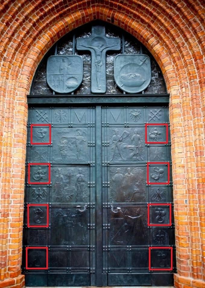 Step in Warsaw - Stadtführerin in Warschau. Die Tür der Kathedrale Basilika des Heiligen Johannes des Täufers mit den rot markierten Meerjungfrau-Bildern.