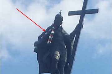Step in Warsaw - Przewodnik po Warszawie. Król Zygmunt III Waza w szaliku w kolorach Legii Warszawa. Warszawa, czerwiec 2018.