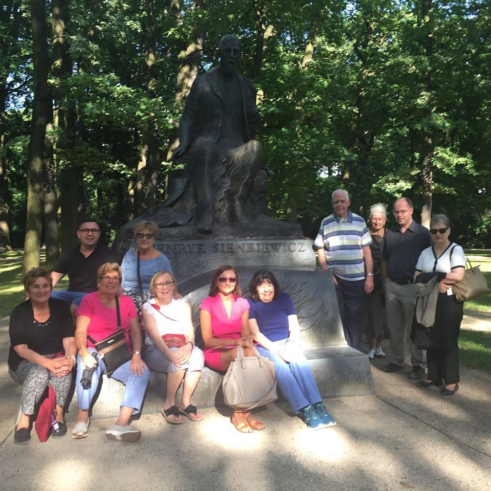 Step in Warsaw - Stadtführerin in Warschau. Am Henryk Sienkiewicz-Denkmal in dem Łazienki-Park (Park der Bäder) mit meiner Gruppe aus Montville, New Jersey, die USA. Warschau, Juli 2018.