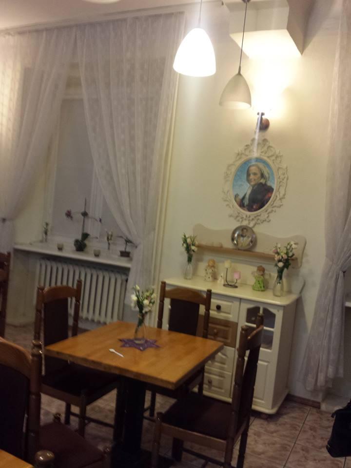 Step in Warsaw - Stadtführerin in Warschau. Ein Tisch wartet in dem gemütlichen Café im Oratorium des Heiligen Johannes Bosco bei der Herz-Jesu-Basilika. Warschau, Februar 2018.