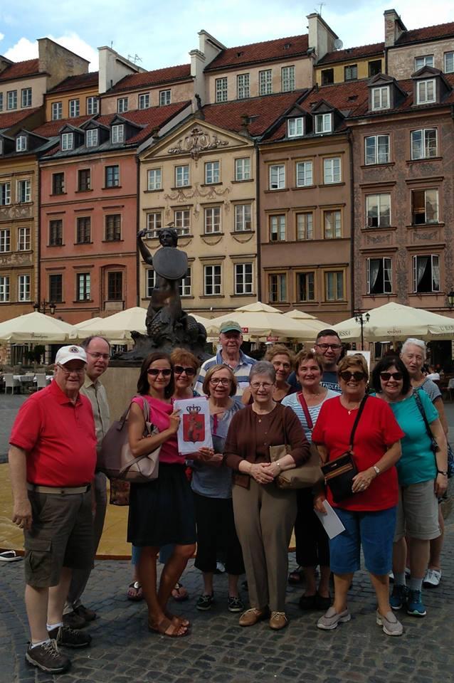 Step in Warsaw - Stadtführerin in Warschau. Am Denkmal der Meerjungfrau mit meiner Gruppe aus Montville, New Jersey, die USA. Warschau, Juli 2018.