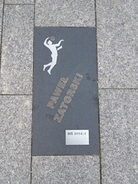 Step in Warsaw - Stadtführerin in Warschau. Der Libero Paweł Zatorski auf der Allee der Volleyball-Sterne in Bełchatów. Es muss WM 2018-1 zugegeben werden.:)