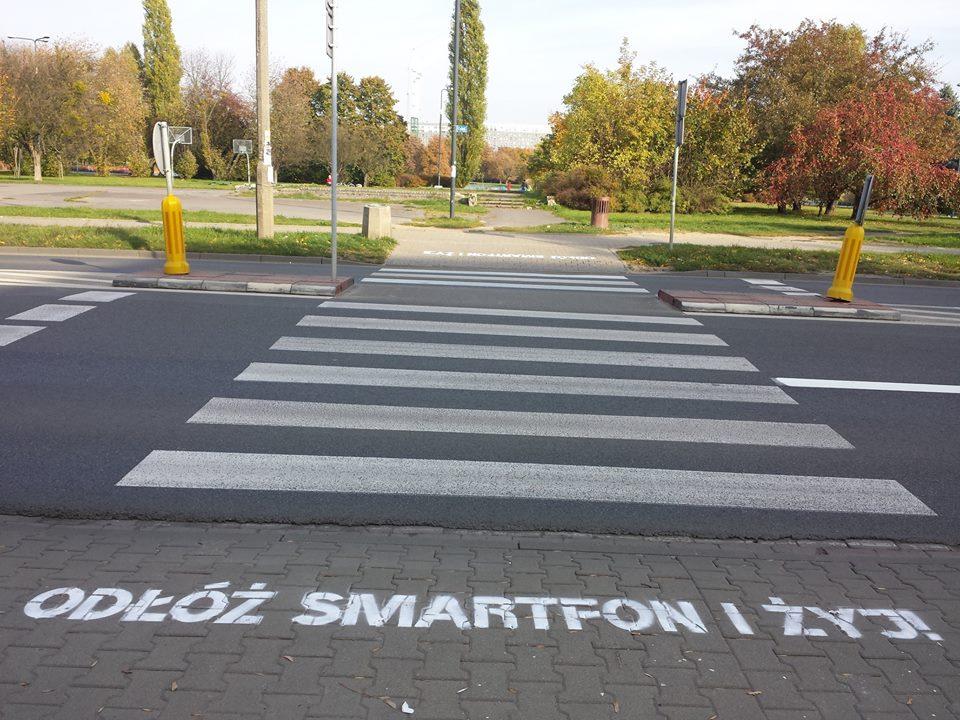 Step in Warsaw - Stadtführerin in Warschau. Leg dein Smartphone weg und bleib am Leben! Die Kampagne zur Straßenverkehrssicherheit. Warschau, Oktober 2018.