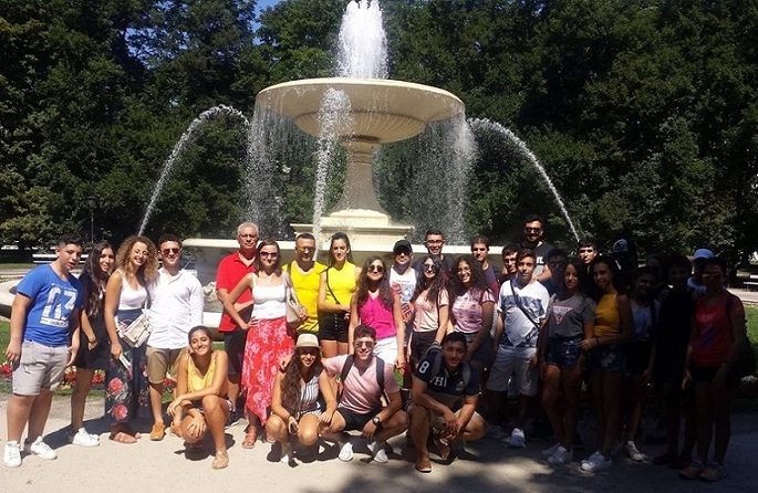 Step in Warsaw - City guide to Warsaw. The folk artists from Cyprus on the trip to Warsaw. Young people who came to Poland to present their country in the 6th International Folklore Festival in Ożarów Mazowiecki. We are at the fountain in the Saxon Garden, partly in the shade.:) Warsaw, August 2018.