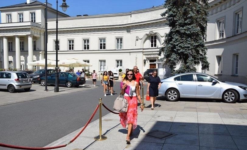 Step in Warsaw - Stadtführerin in Warschau. Die Folk-Künstler aus Zypern auf dem Ausflug nach Warschau. Junge Menschen, die nach Polen gekommen sind, um ihr Land in dem 6. Internationalen Folk Festival in Ożarów Mazowiecki zu präsentieren. Wir gehen zum Mittagsessen in den Primas-Palast. Warschau, August 2018.