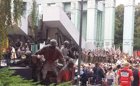 Step in Warsaw - Stadtführerin in Warschau. Das 74. Jahrestag des Warschauer Aufstandes. Die Heilige Messe mit dem militärischen Zeremoniell zelebriert von dem Militärbischof der Polnischen Streitkräfte bei dem Denkmal des Warschauer Aufstandes auf dem Krasiński-Platz. Warschau, 31.07.2018.