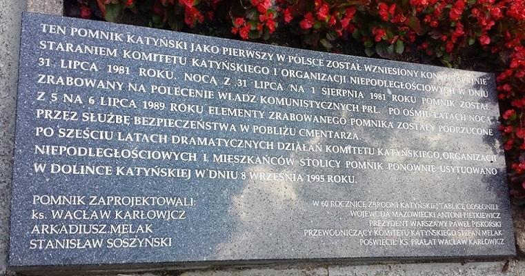 Step in Warsaw - Stadtführerin in Warschau. Ein patriotischer Spaziergang durch den Powązki-Soldatenfriedhof mit meinen Gästen aus dem Unternehmen Unilever. Das Denkmal für die Opfer von des Massakers von Katyń. Warschau, August 2018.