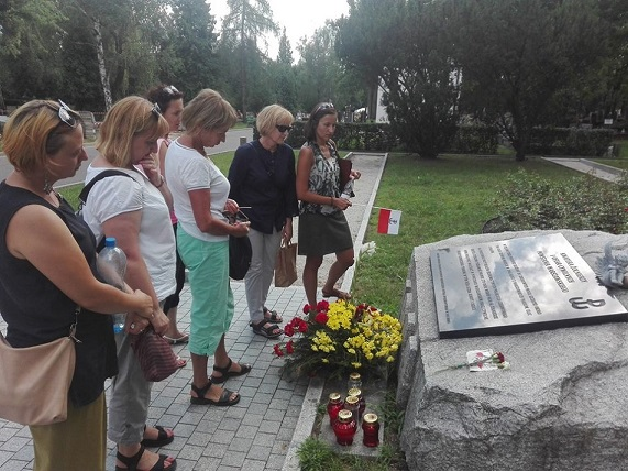 Step in Warsaw - City guide to Warsaw. A patriotic walk through the Powązki Military Cemetery with my guests from the Unilever Company. The graves of insurgents and the civilian casualties of the Warsaw Uprising. Warsaw, August 2018.