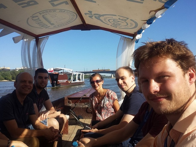 Step in Warsaw - Stadtführerin in Warschau. Die Teilnehmer des Internationalen Symposiums on Growth of Nitrides ISGN. Die Hauptattraktion des Besichtigungsprogramms war eine Weichselkreuzfahrt. Wir bewundern die Schönheit des Weichsel-Flusses. Warschau, August 2018.