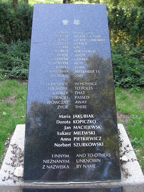 Step in Warsaw - Stadtführerin in Warschau. Das Denkmal in dem Skaryszew-Park in Warschau für die Opfer vom Terroranschlag auf das World Trade Center in New York vom 11. September 2001.